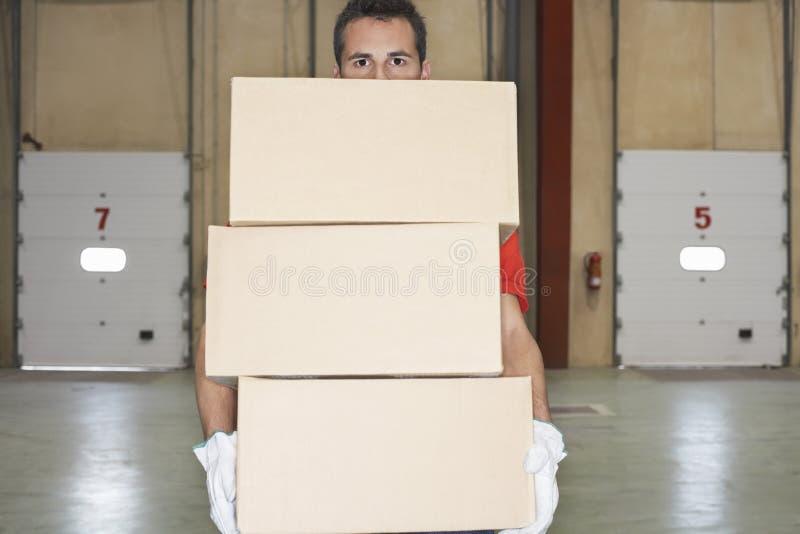 Boîtes de transport de travailleur contre des portes de dock photos stock
