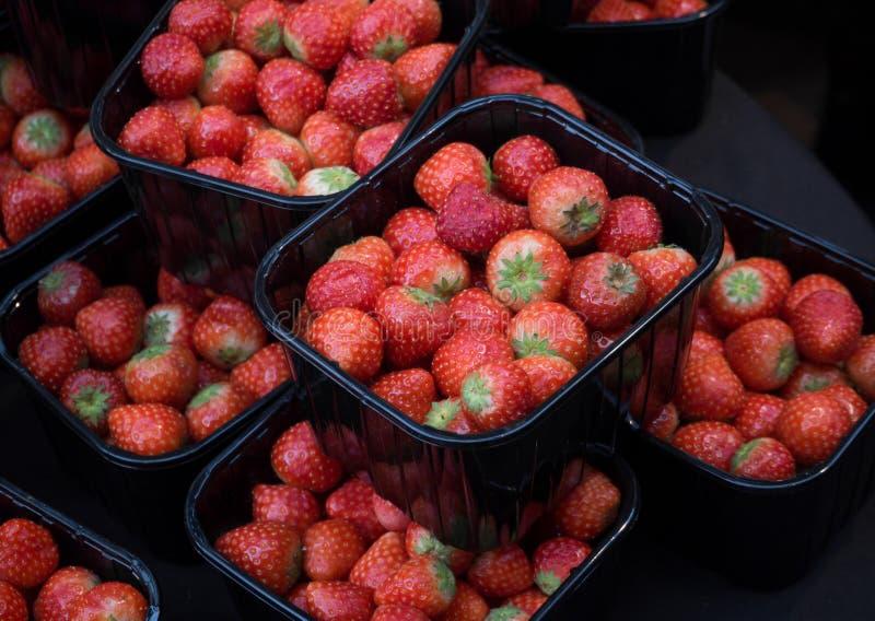 Boîtes de vente de fraises sur le marché images libres de droits