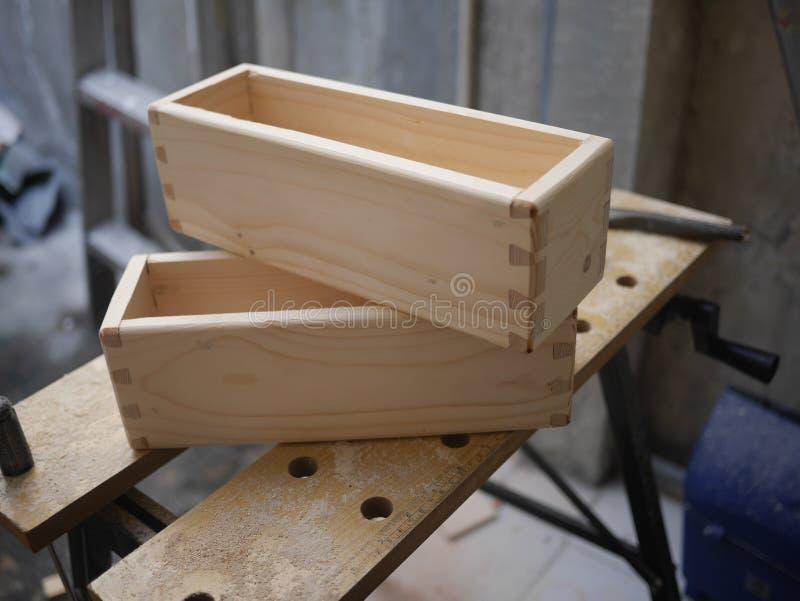 Boîtes en bois avec le joint de queue d'aronde photographie stock