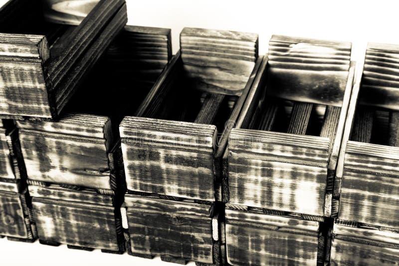 Boîtes en bois brûlées faites main sur un fond clair photo stock