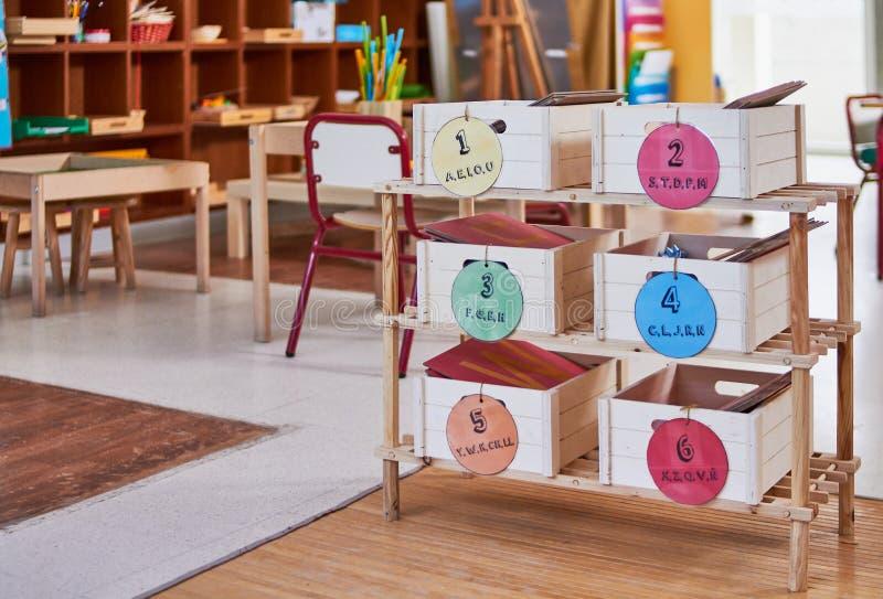 Boîtes en bois de prononciation de Montessori photos stock