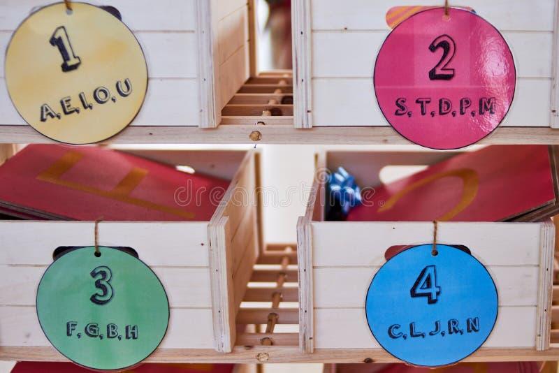 Boîtes en bois de prononciation de Montessori images libres de droits