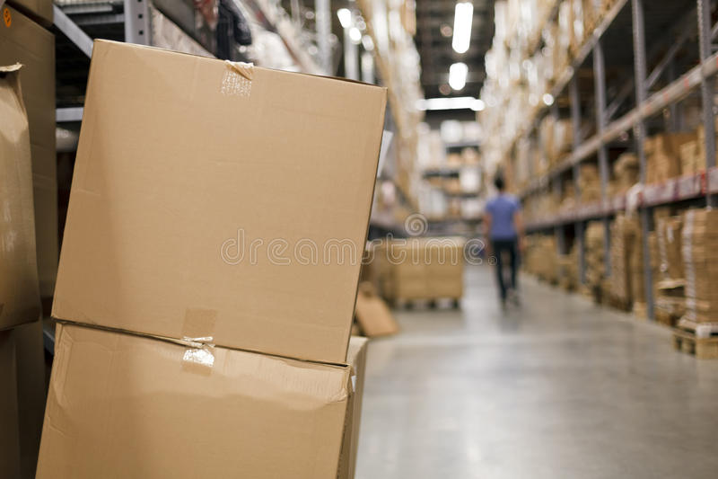 Boîtes en carton dans le bas-côté images libres de droits