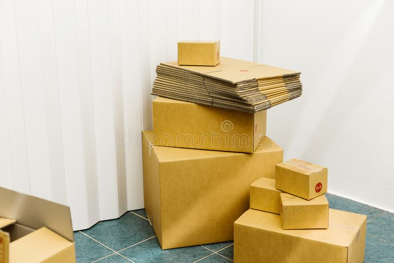 Boîtes en carton dans le concept de service de distribution de chambre image stock