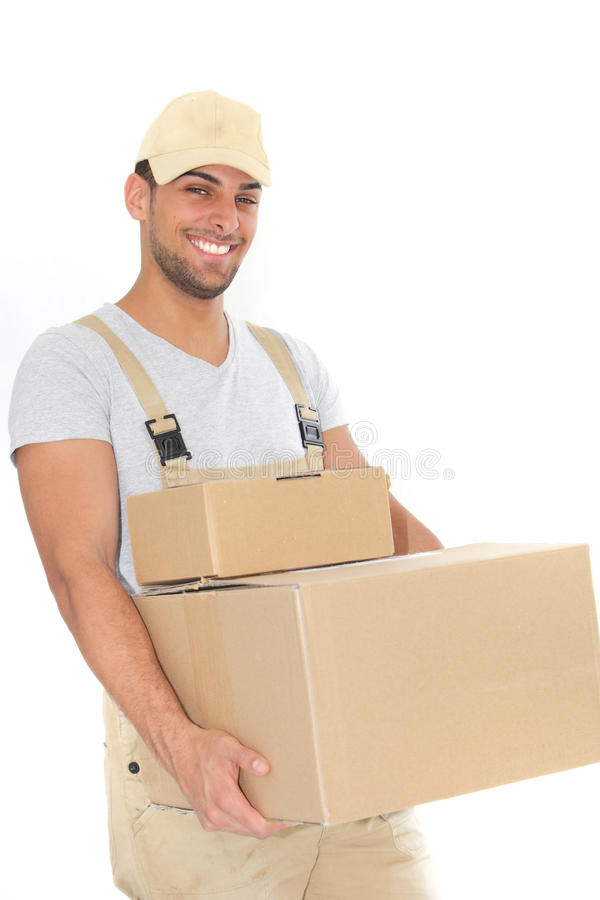 Boîtes en carton de transport de jeune homme sûr photo stock