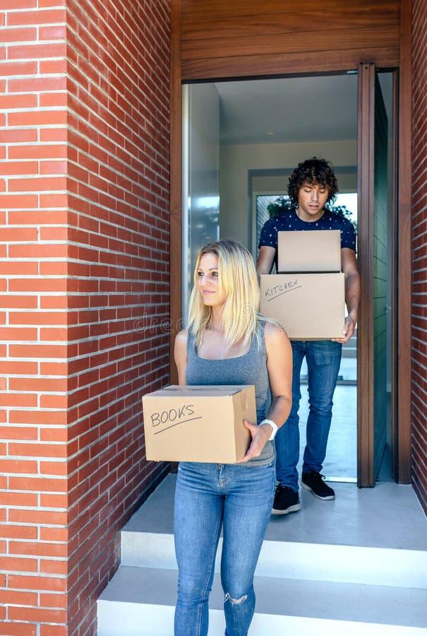 Boîtes en carton de transport en mouvement de couples photos stock