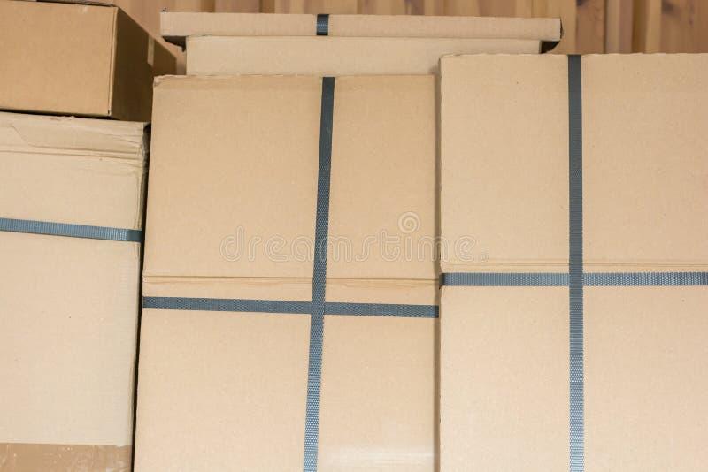 Boîtes en carton empilées dans un entrepôt photos stock