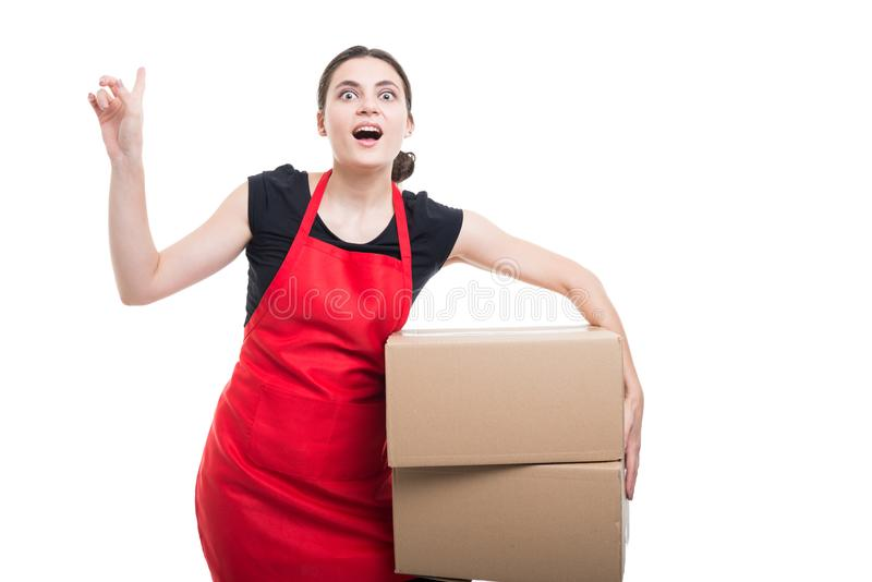 Boîtes en carton mobiles de jeune commis enthousiaste photo libre de droits