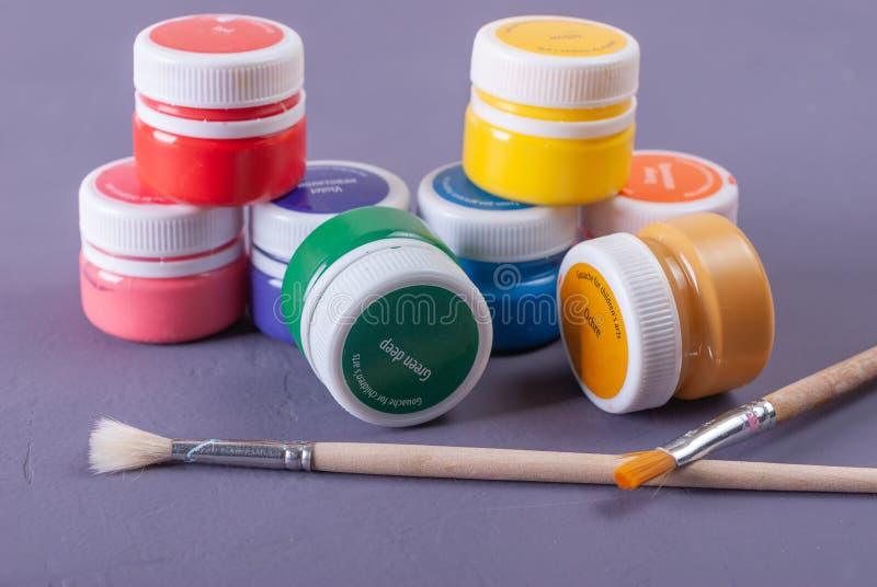 Boîtes en plastique de peinture et de gouache Outils d'art photographie stock