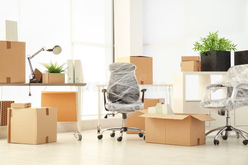 Boîtes et meubles mobiles images stock