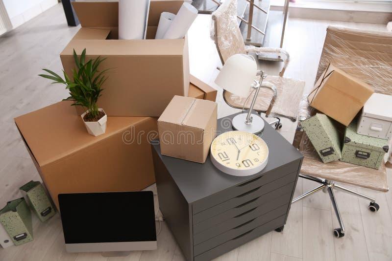 Boîtes et meubles mobiles dans le bureau photographie stock