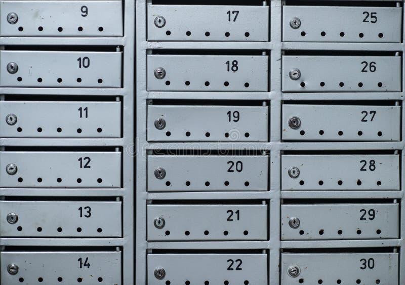Boîtes grises de courrier sur le mur de l'immeuble photographie stock libre de droits