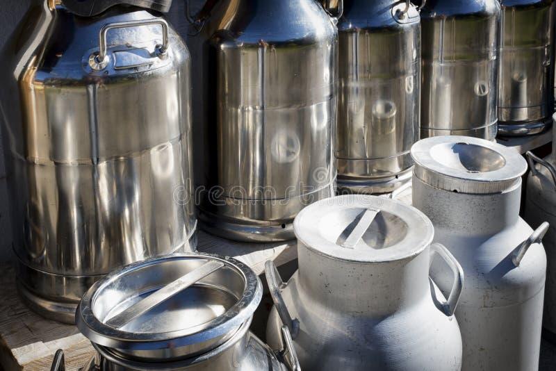 Boîtes métalliques de lait photo stock