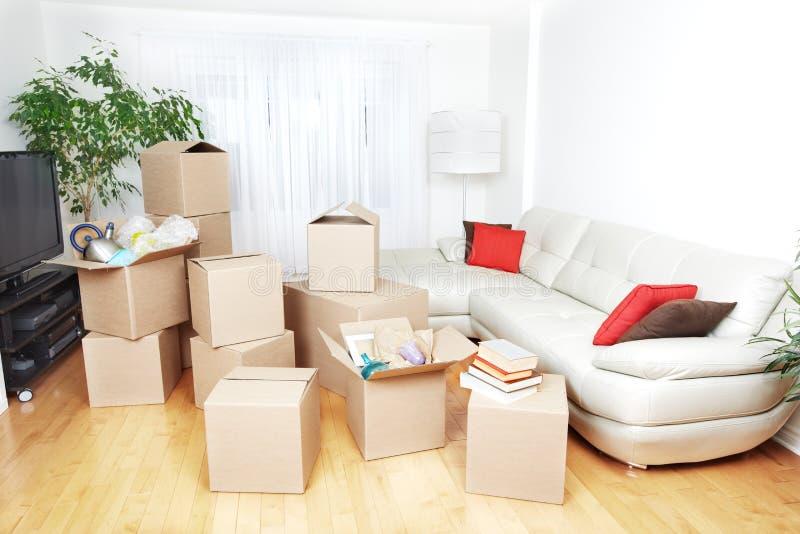 Boîtes mobiles dans la nouvelle maison photos stock