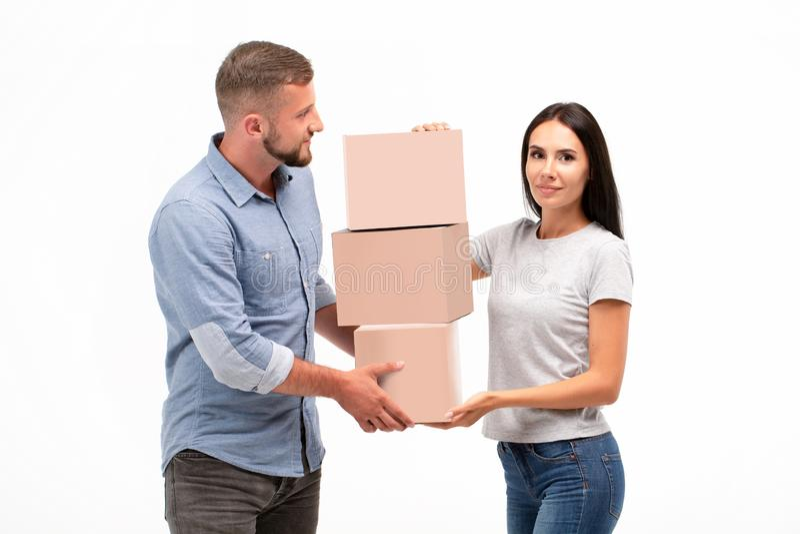 Boîtes mobiles de transport de jeunes couples attrayants sur le fond blanc images stock