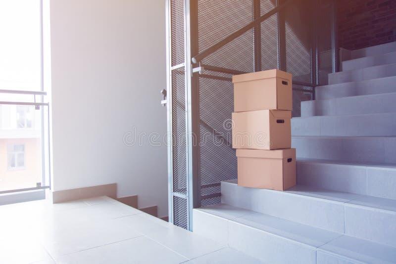 Boîtes mobiles sur des escaliers dans la maison images libres de droits