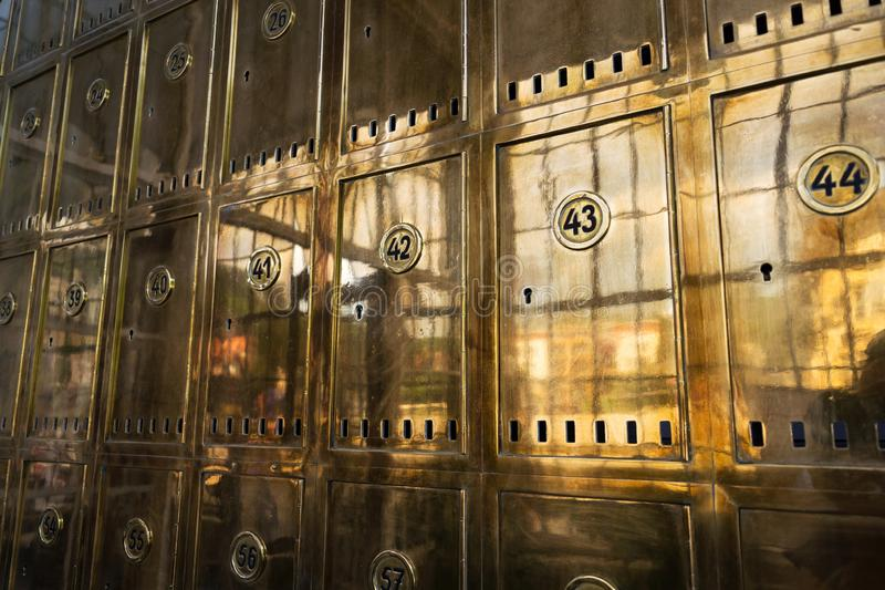 Boîtes postales d'or fermées avec des nombres en cercles, encaissant le concept de service de sécurité, compartiments de coffre-f photos libres de droits