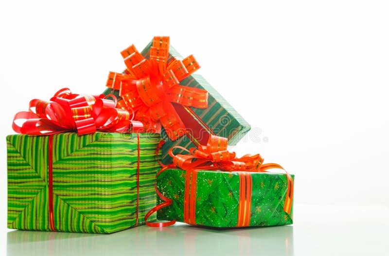 Boîtes vertes avec des présents images stock