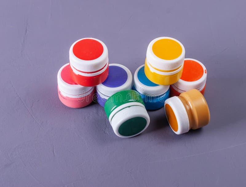 Boîtes vibrantes colorées de gouache Placez pour la créativité du ` s d'enfants photographie stock