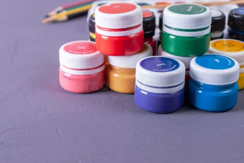 Boîtes vibrantes colorées de gouache Placez pour la créativité du ` s d'enfants image stock