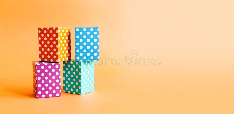 Boîtes vives de cube en modèle de points de polka de fond géométrique coloré abstrait Bloc rectangulaire violet de vert bleu photo libre de droits