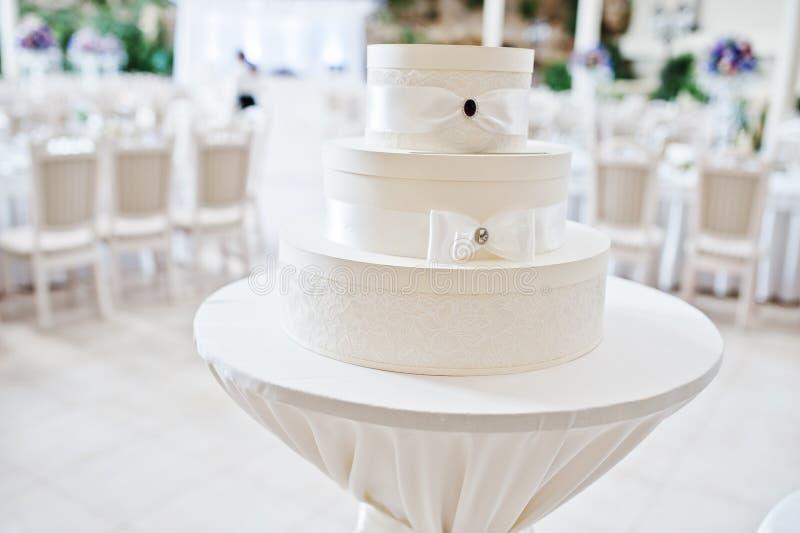 Boîtier blanc pour les cadeaux et l'argent au hall de mariage images stock
