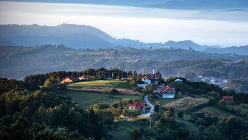 Bośniacka wioska oświetlona wczesnym porannym słońcem obrazy royalty free
