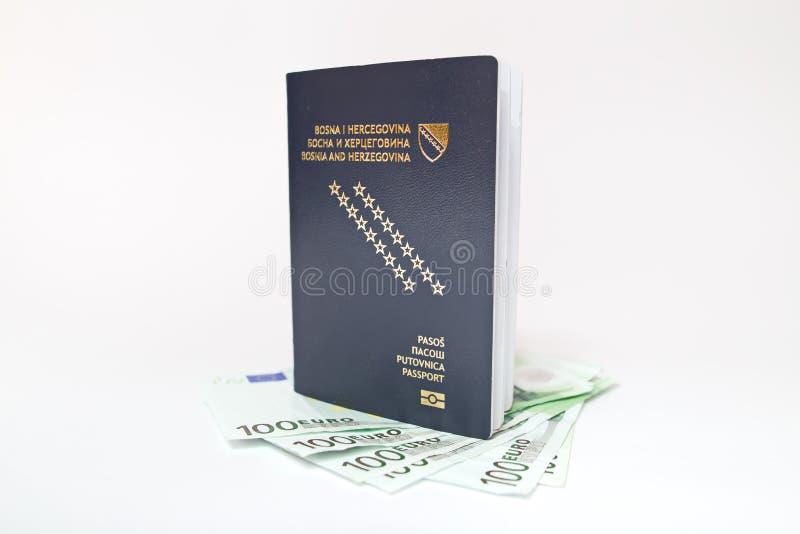 Bośniacki paszport i pieniądze na bielu obraz royalty free