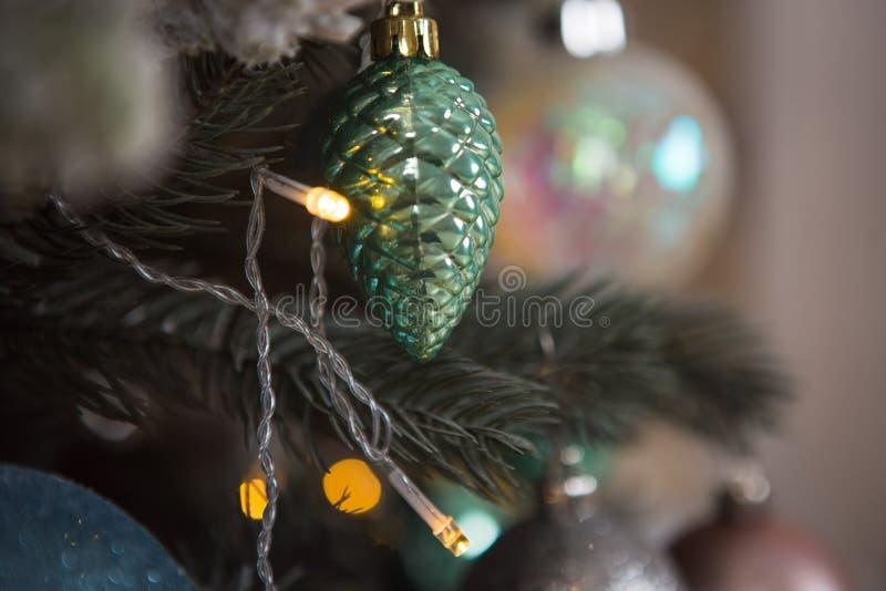 Boże Narodzenia bawją się na zielonej sztucznej choince w delikatnym stylu i złoto zaświeca girlandy obraz royalty free