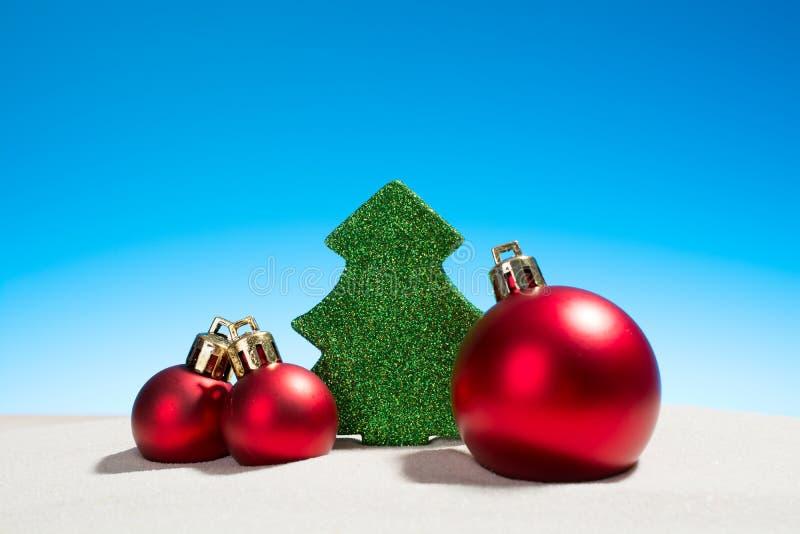 Boże Narodzenia bawją się szklane piłki i jedlinowego drzewa na plaży zdjęcia stock
