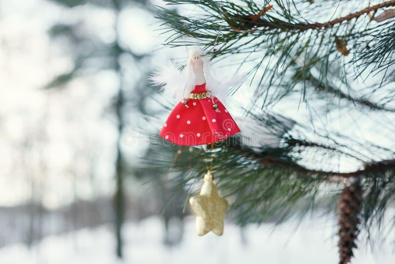 Boże Narodzenia bawją się w formie lala na drzewie fotografia royalty free