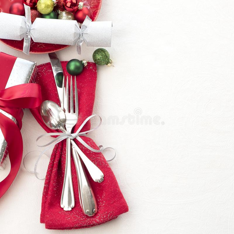 Boże Narodzenia, Biali i Srebny z Zgłaszają miejsca położenie w rewolucjonistce, Silverware, prezentem i przyjęcie krakersem na B zdjęcia stock