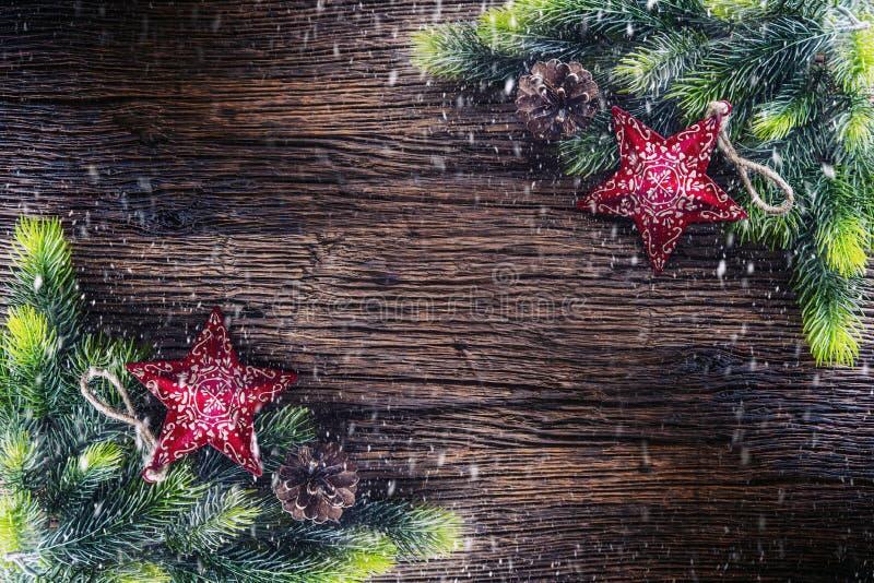 Boże Narodzenia Bożenarodzeniowy jedlinowy drzewo z gwiazdą i sosna konusujemy na nieociosanym drewnianym stole Diagonally skład  obrazy royalty free