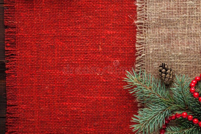 Boże Narodzenia dekorowali czerwonego burlap tablecloth tła odgórnego widok fotografia royalty free