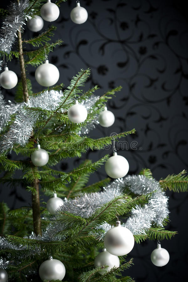 boże narodzenia dekorowali srebnego drzewa obraz stock