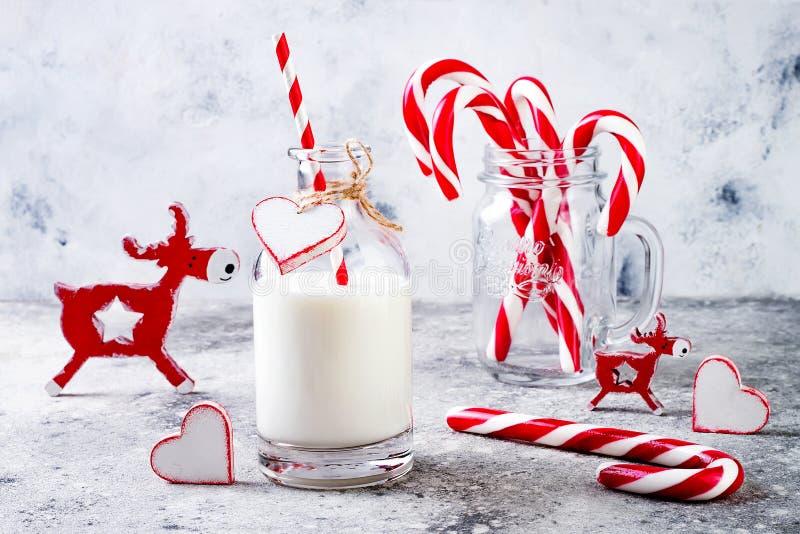 Boże Narodzenia doją dla Santa w butelce z słomianego i miętowego cukierku trzciną Bożenarodzeniowy wakacyjnego przyjęcia napój zdjęcie royalty free