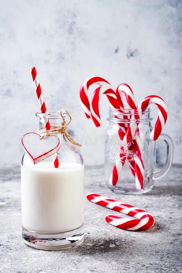 Boże Narodzenia doją dla Santa w butelce z słomianego i miętowego cukierku trzciną Bożenarodzeniowy wakacyjnego przyjęcia napój zdjęcia royalty free