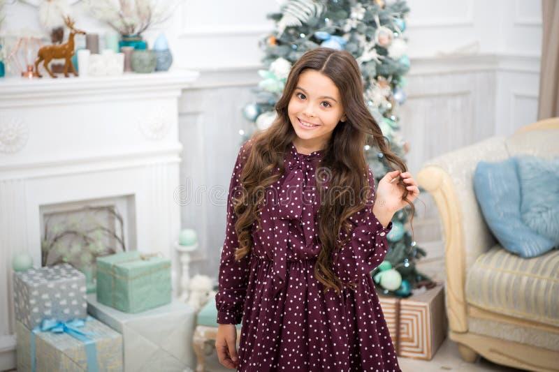 Boże Narodzenia Dzieciak cieszy się wakacje Ranek przed Xmas Nowego Roku wakacje szczęśliwego nowego roku, małe dziecko dziewczyn zdjęcia royalty free