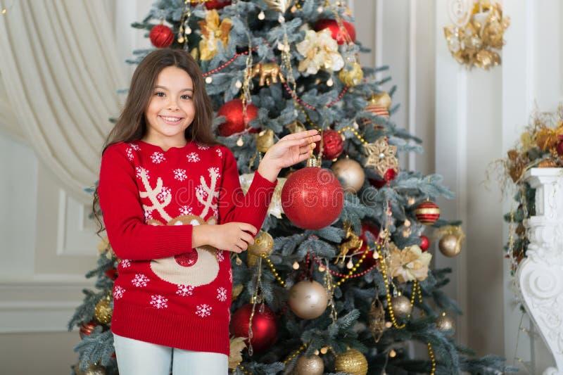 Boże Narodzenia Dzieciak cieszy się wakacje Ranek przed Xmas Nowego Roku wakacje szczęśliwego nowego roku, małe dziecko dziewczyn obrazy royalty free