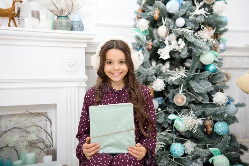 Boże Narodzenia Dzieciak cieszy się wakacje Ranek przed Xmas Nowego Roku wakacje szczęśliwego nowego roku, małe dziecko dziewczyn zdjęcia stock
