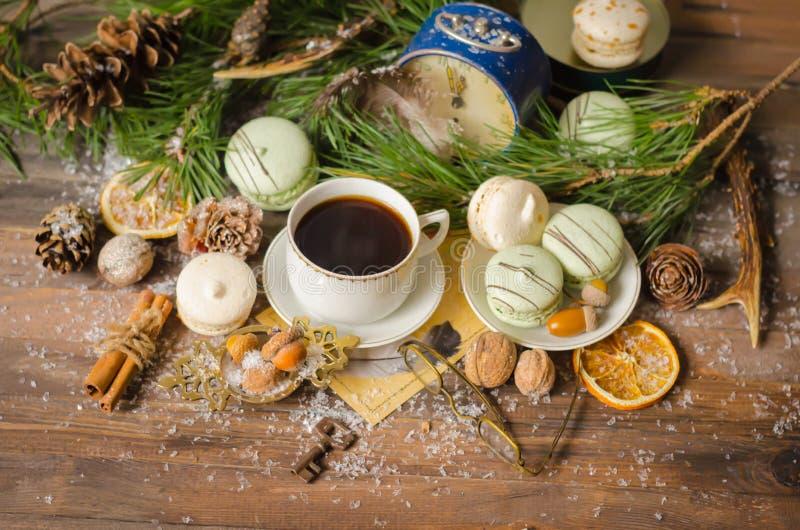 Boże Narodzenia filiżanka kawy z Macaroons zdjęcia stock