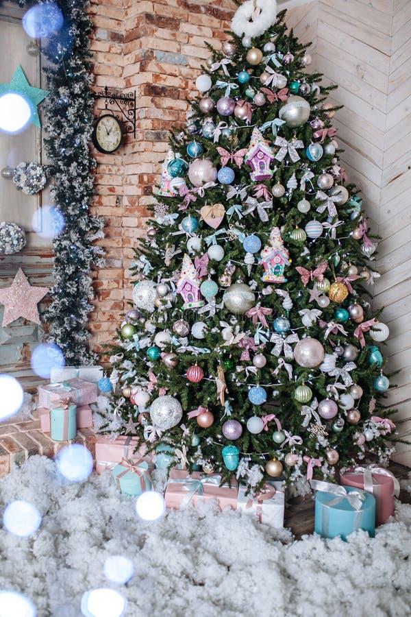 Boże Narodzenia i nowego roku drzewo dekorowali z menchiami, tiffany wystrój teraźniejszość ilustracyjny drzewa wektoru xmas kosm obraz royalty free