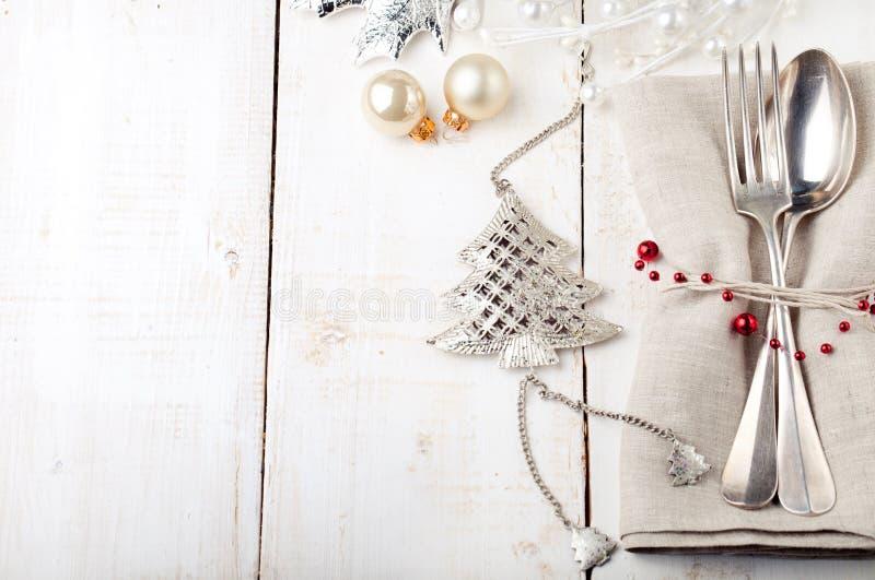 Boże Narodzenia i nowego roku miejsca stołowy położenie z dekoracjami zdjęcie royalty free
