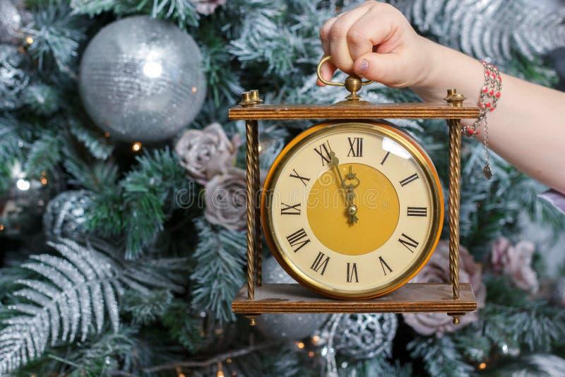 Boże Narodzenia i nowego roku pojęcie - wręcza trzymać retro zegar z midnight czasem obrazy royalty free