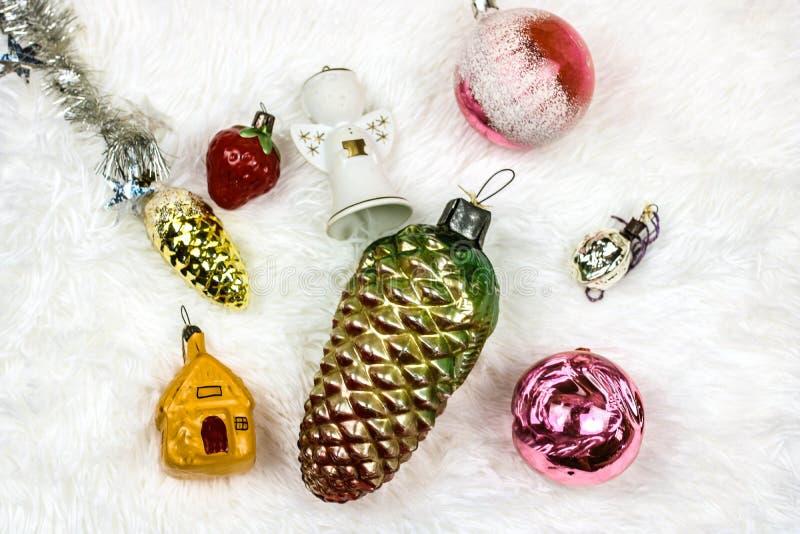 Boże Narodzenia i nowego roku rocznika zabawki Skład na bielu zdjęcie stock