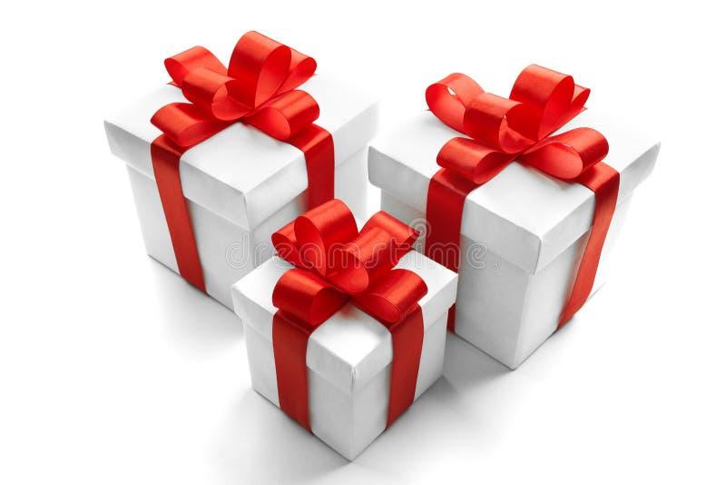 Boże Narodzenia i nowego roku ` s dzień Trzy czerwieni prezenta pudełka bielu tło zdjęcia stock
