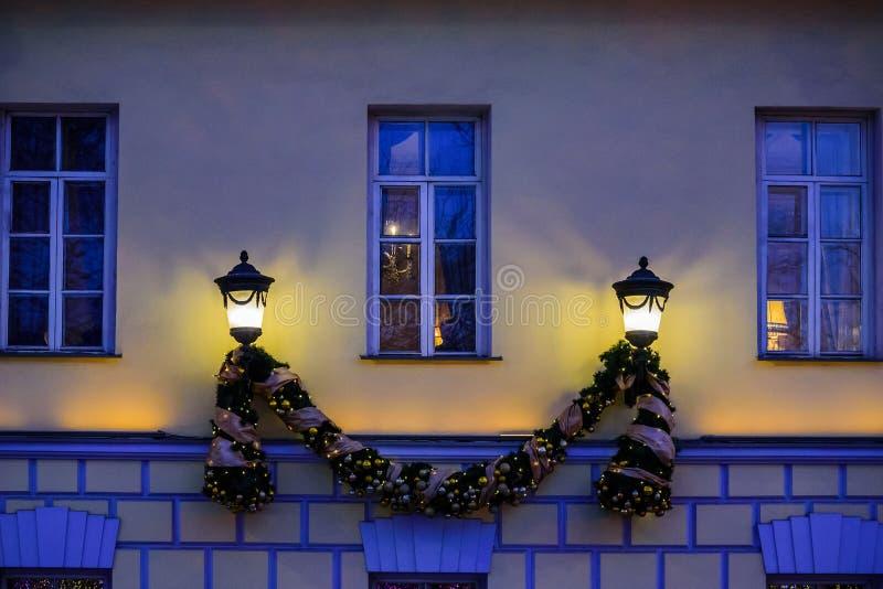 Boże Narodzenia i nowego roku ` s zaświecają instalacyjnych okno na starym budynku restauracyjny ` Pushkin ` Tverskoy bulwar zdjęcia royalty free