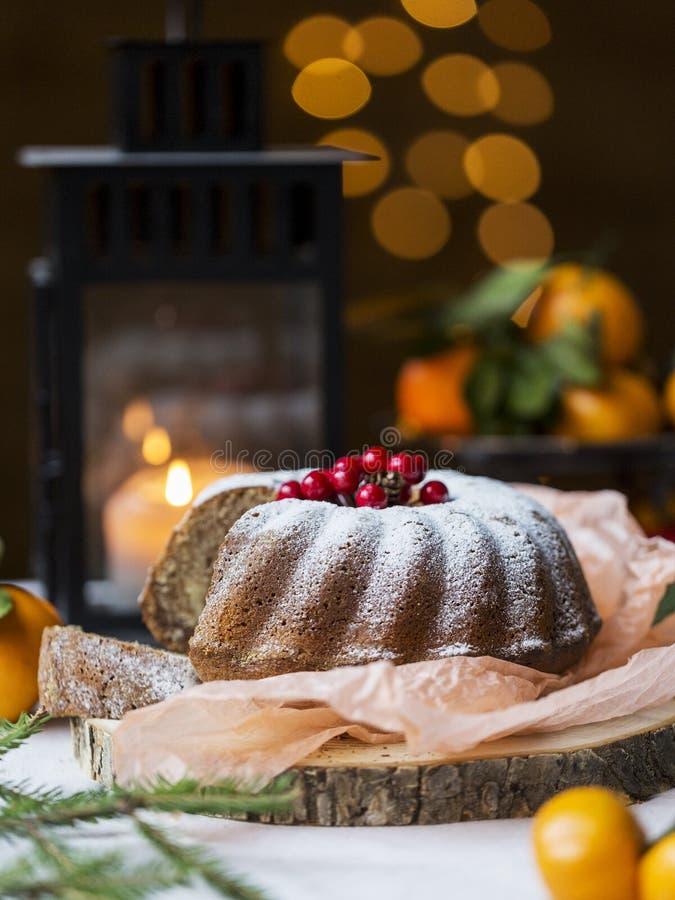 Boże Narodzenia i nowego roku tort z jagodami i lampionem za obraz stock