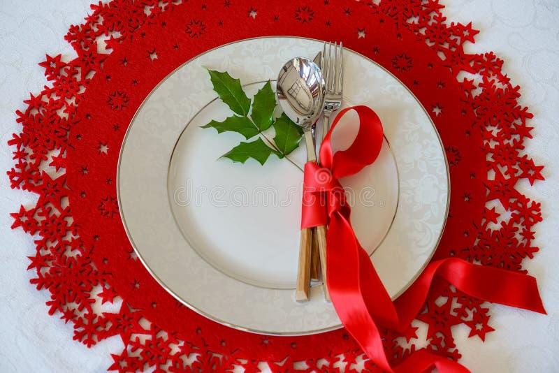 Boże Narodzenia I nowego roku wakacje Zgłaszają miejsca położenie z jemioła holly liściem Odgórny widok, czerwony tło, woolen i b obraz royalty free