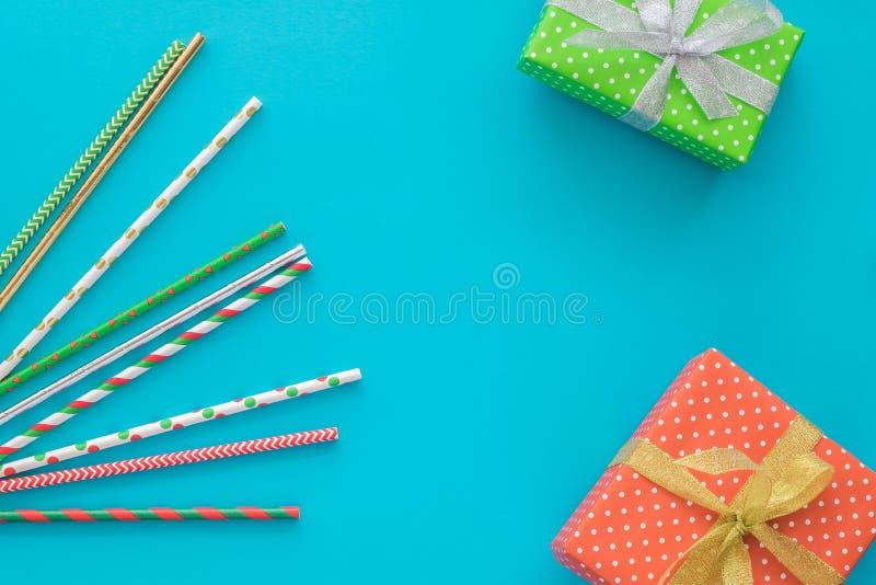 Boże Narodzenia i nowego roku wakacyjny skład z prezentów pudełkami, koktajl rurują na błękitnym tle Odgórny widok, mieszkanie ni zdjęcie royalty free